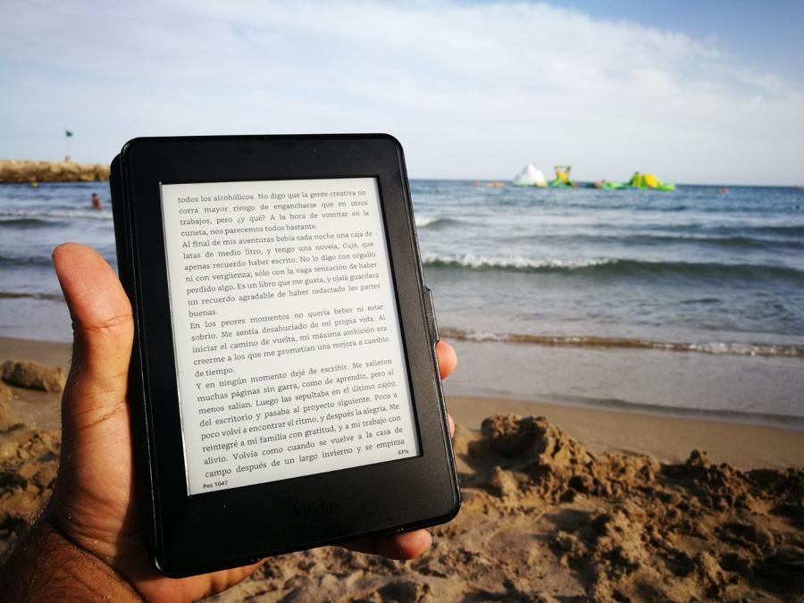 Amazon Kindle PaperWhite en la playa